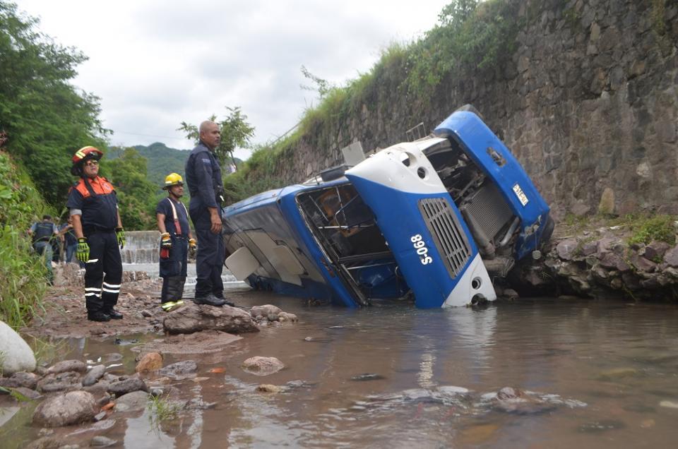 """""""Vuela"""" camión de pasajeros del  Libramiento al canal; tres heridos"""