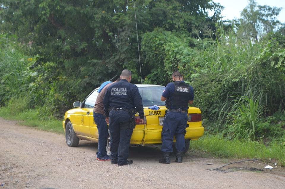 Asaltan a taxista y le quitan  el carro; Policía lo recupera
