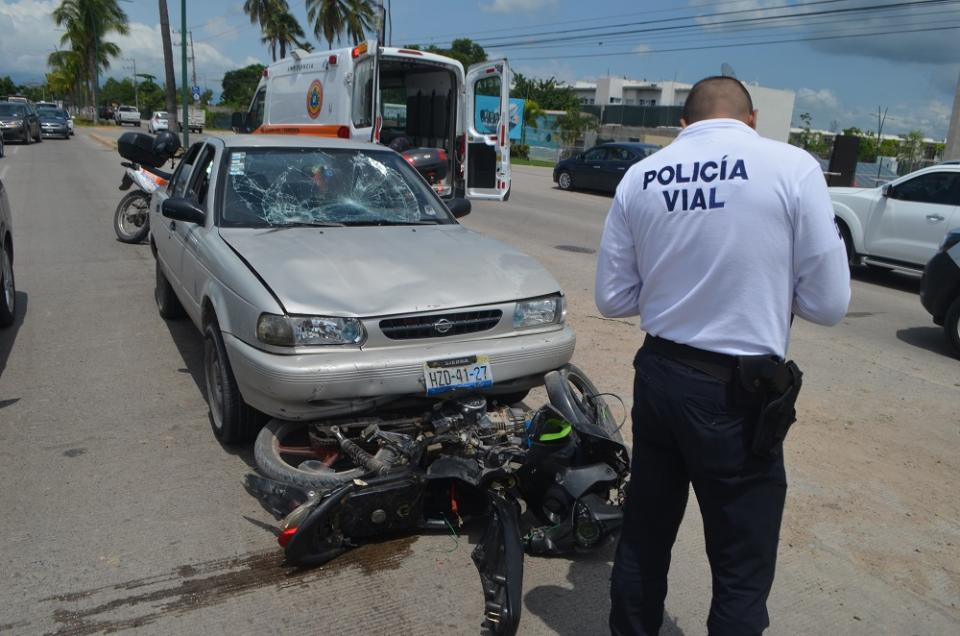 Atropella camioneta a  mujeres motociclistas