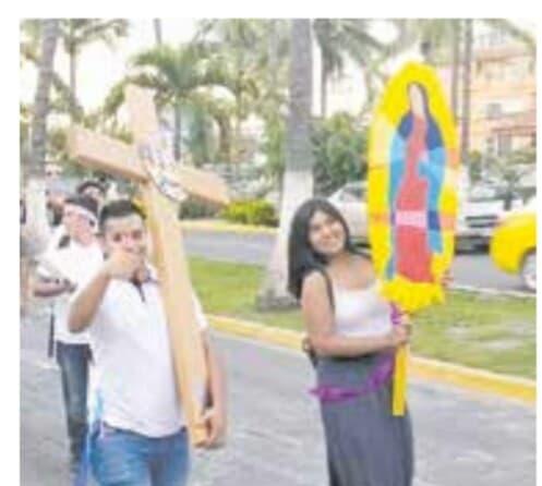 Marchan jóvenes de la  iglesia en Puerto Vallarta
