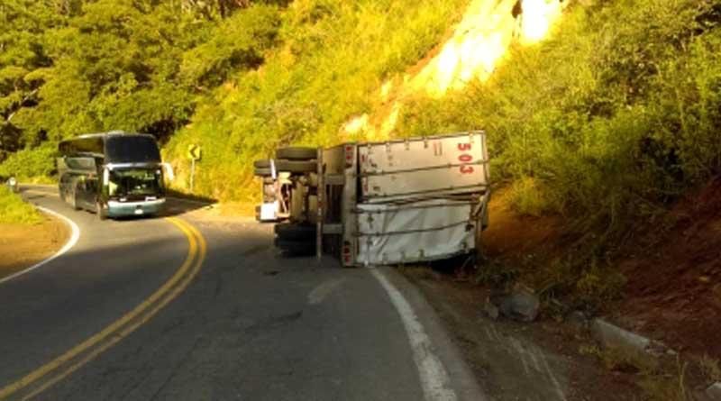 Volcadura de tráiler provoca cierre de carretera Tepic-Puerto Vallarta