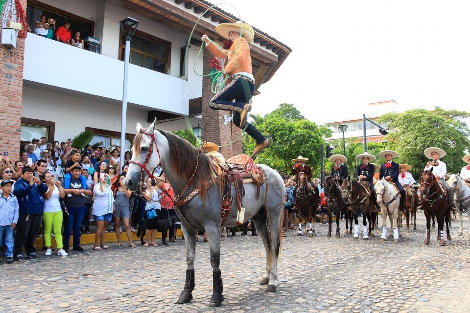 Los charros vallartenses celebran su día con vistoso desfile