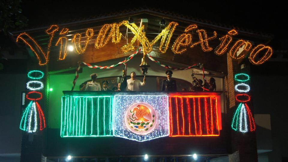 Celebran vallartenses tradicional grito  de independencia en plaza de armas