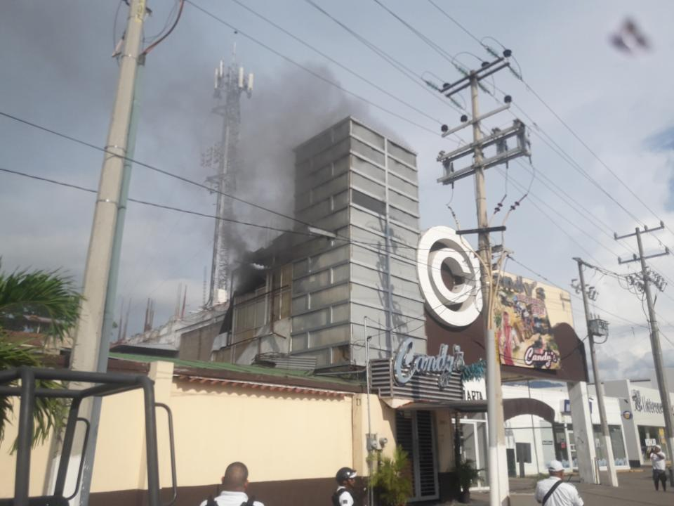 Se incendia bodega en bar de Marina Vallarta