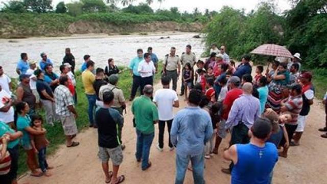Gobernador atiende a afectados en costa jalisciense por huracán Willa