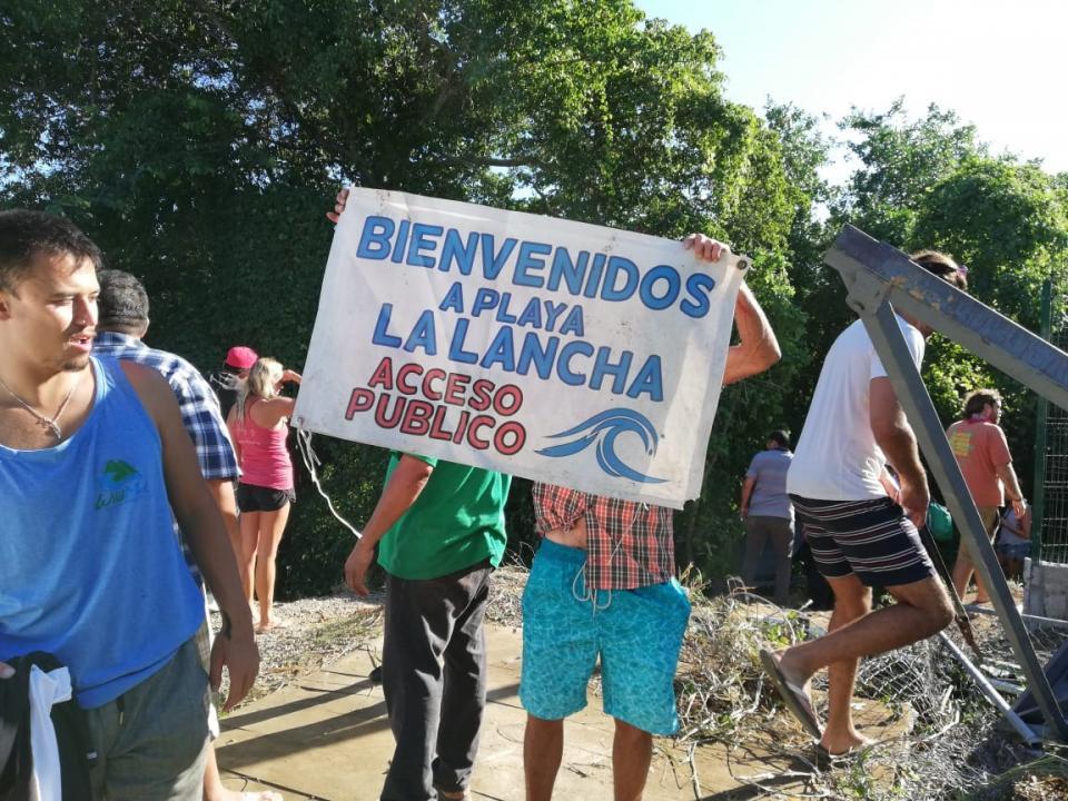 Manifestantes de La Lancha, abren  nuevamente el paso a la playa