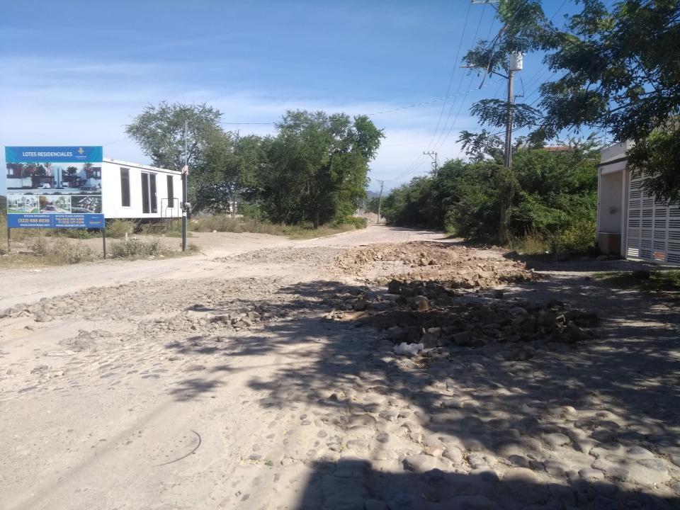 Afecta a vecinos, estudiantes y transporte mal estado de la calle Valle de Atemajac