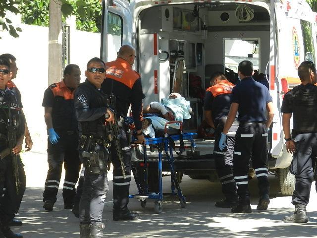 Balacera en El Mangal, deja  un policía y un joven heridos