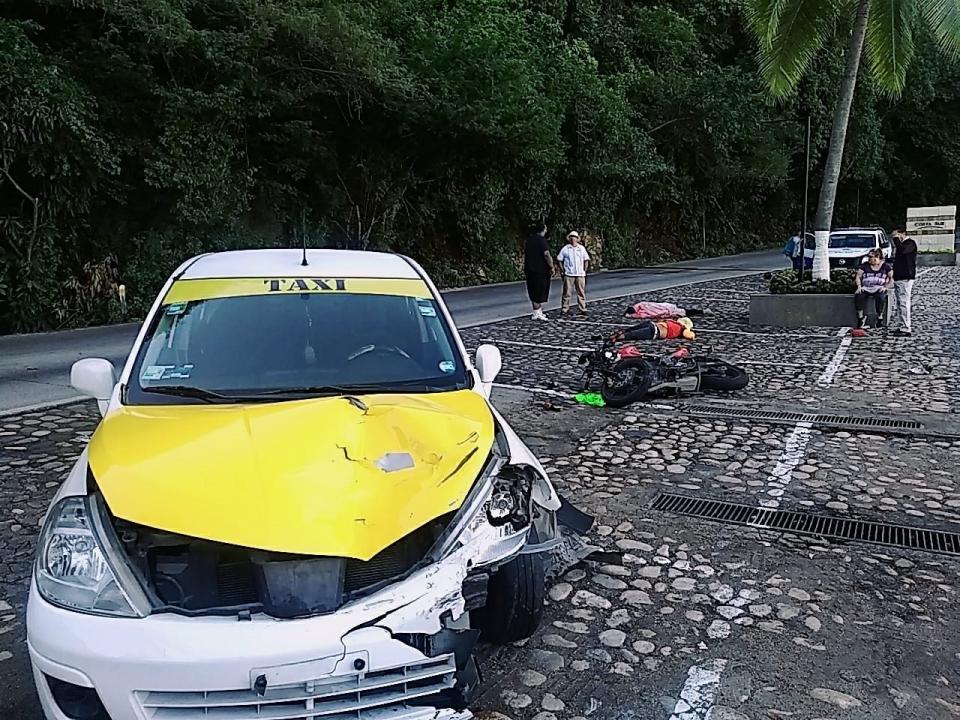 Taxista choca con motociclista