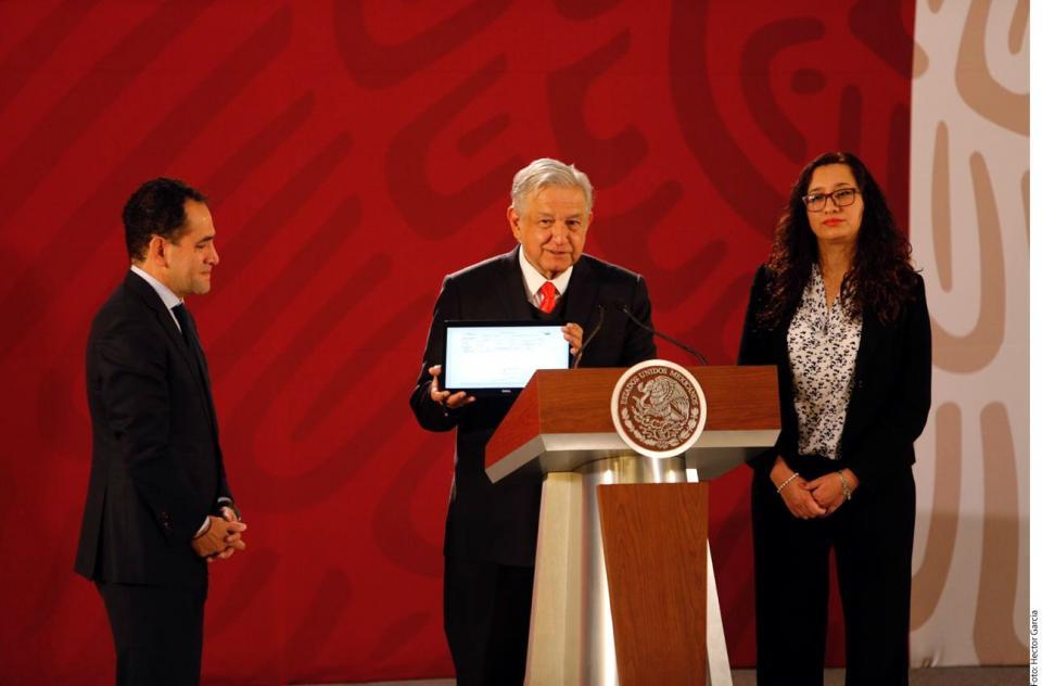 Revisaré despidos en SAT: López Obrador