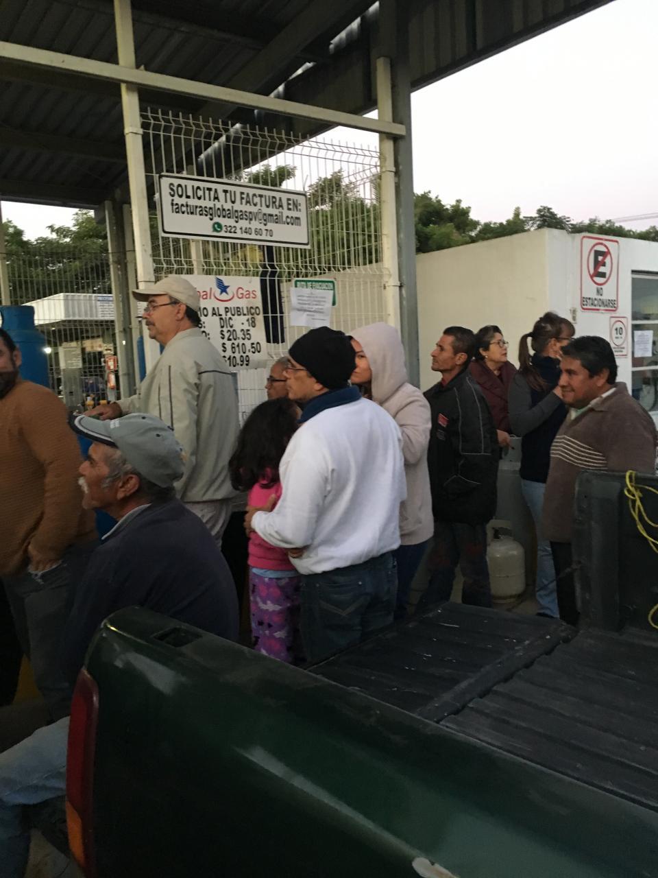 Sin servicio de gas a domicilio;  hacen largas filas en la planta