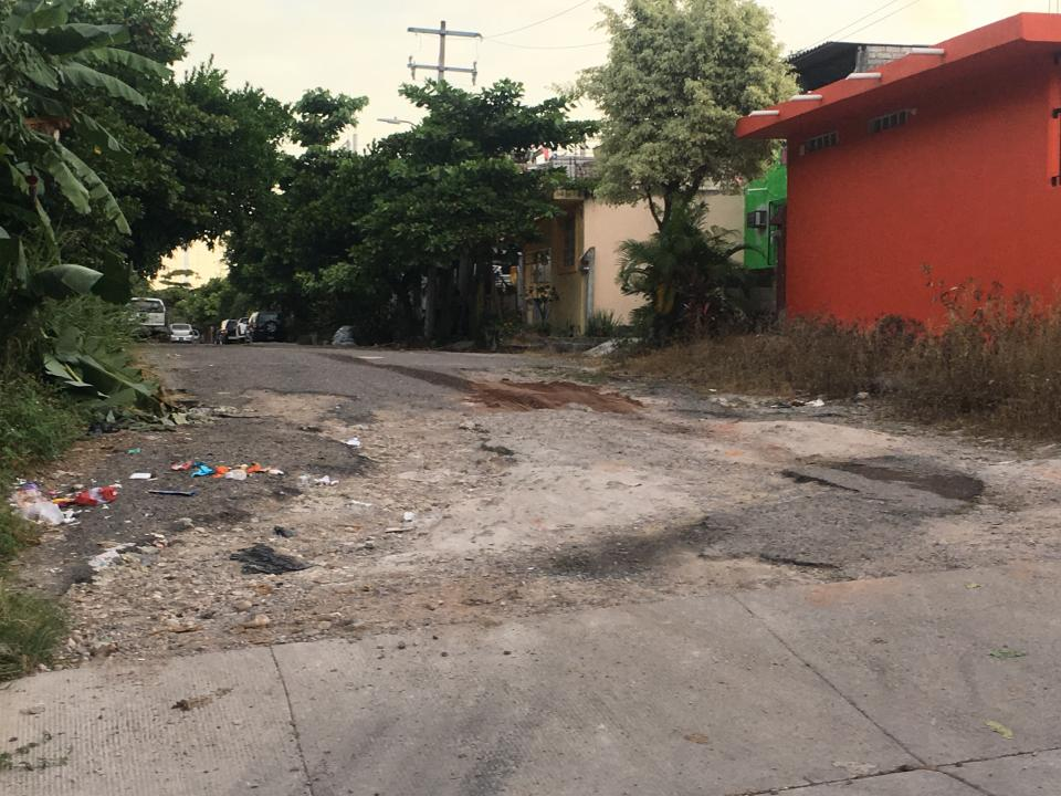 Calles destruidas y lotes sucios en la colonia Vista Hermosa