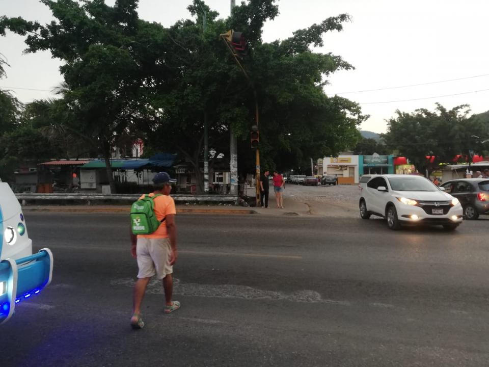 Olvidan puente peatonal;  riesgo al cruzar la avenida