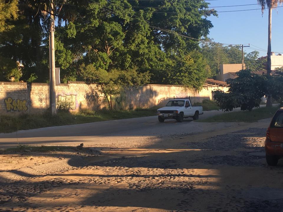 Tapan baches con tierra en la avenida Las Torres