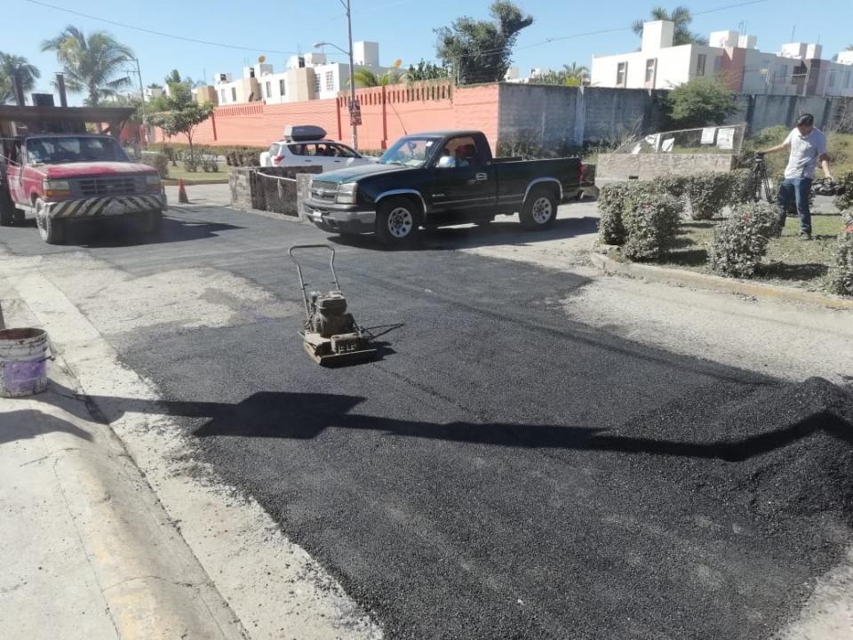 Por fin, obras públicas realiza  Bacheo en calles de Valle Dorado