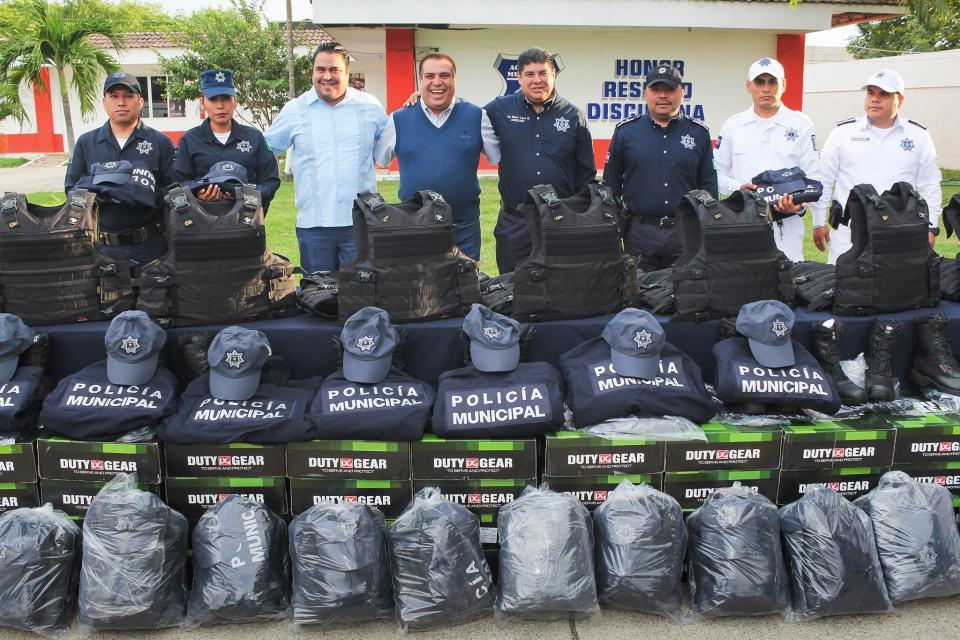 Entrega alcalde uniformes y  equipo a Seguridad Ciudadana