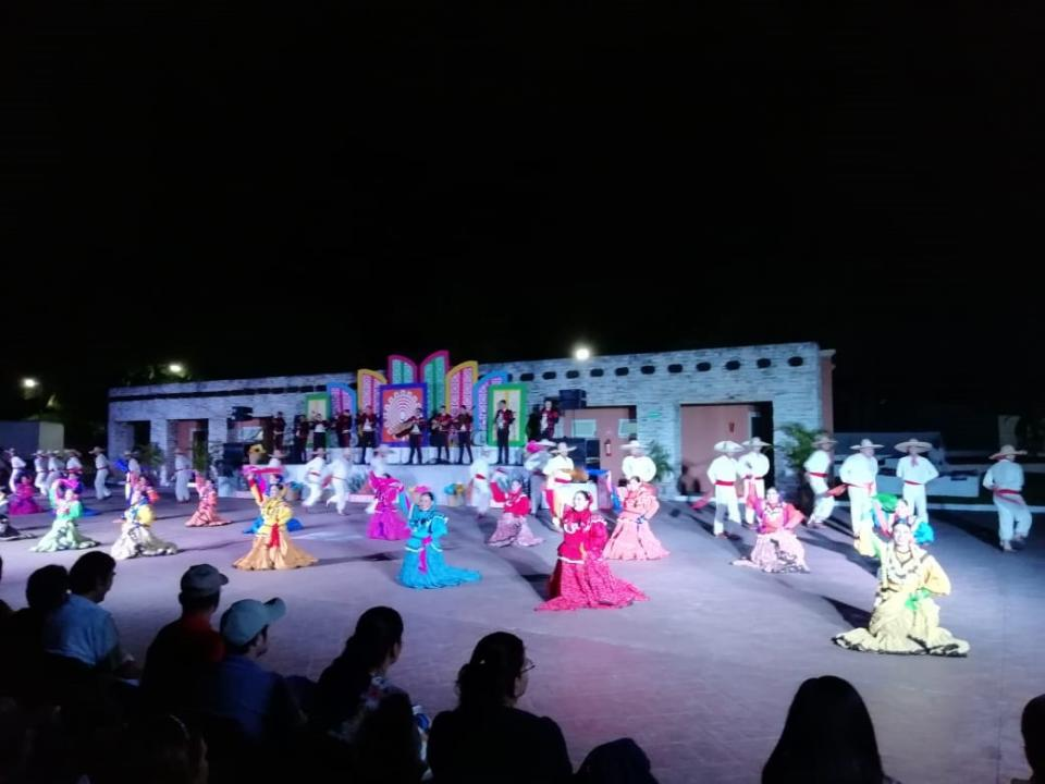 """Festeja el grupo """"Vallarta Azteca""""  sus XV años con monumental baile"""