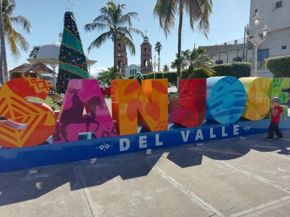 Presenta regidor informe de actividades  y devela letras en San José del Valle