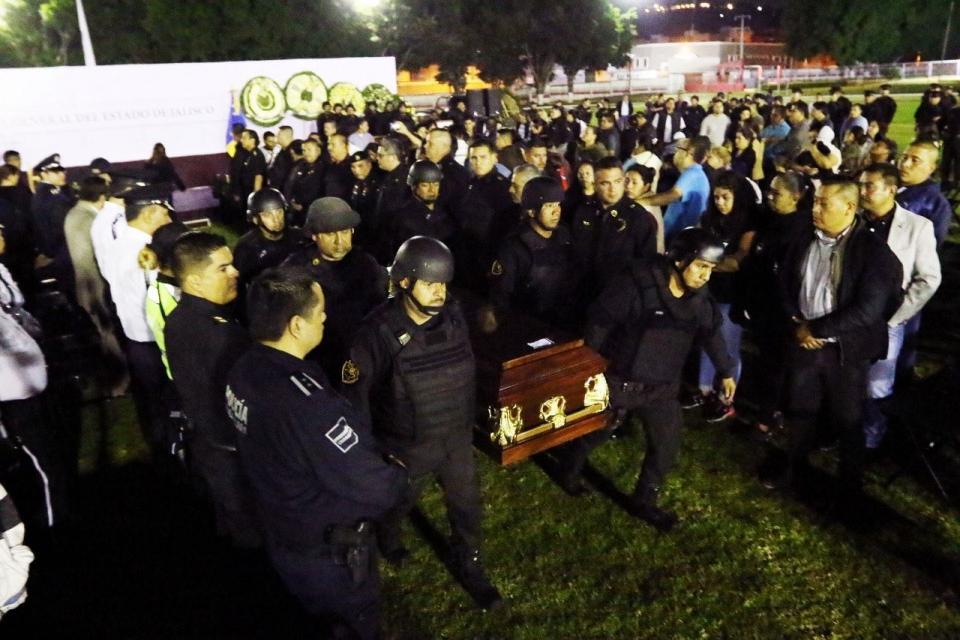 Sentido homenaje  a policías caídos