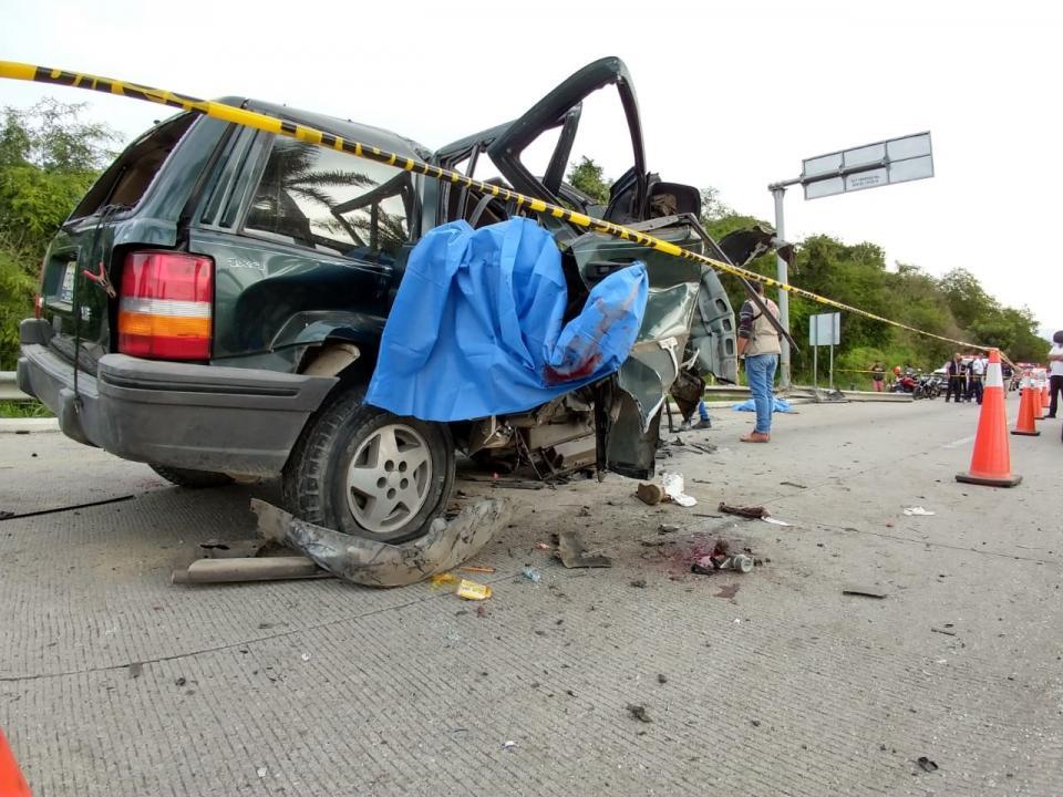 TERRIBLE ACCIDENTE VIAL EN BUCERÍAS, NAYARIT…    Se matan dos jovencitos  y cinco quedan heridos