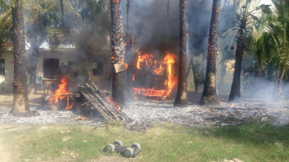 Incendio acaba con camioneta y palmeras
