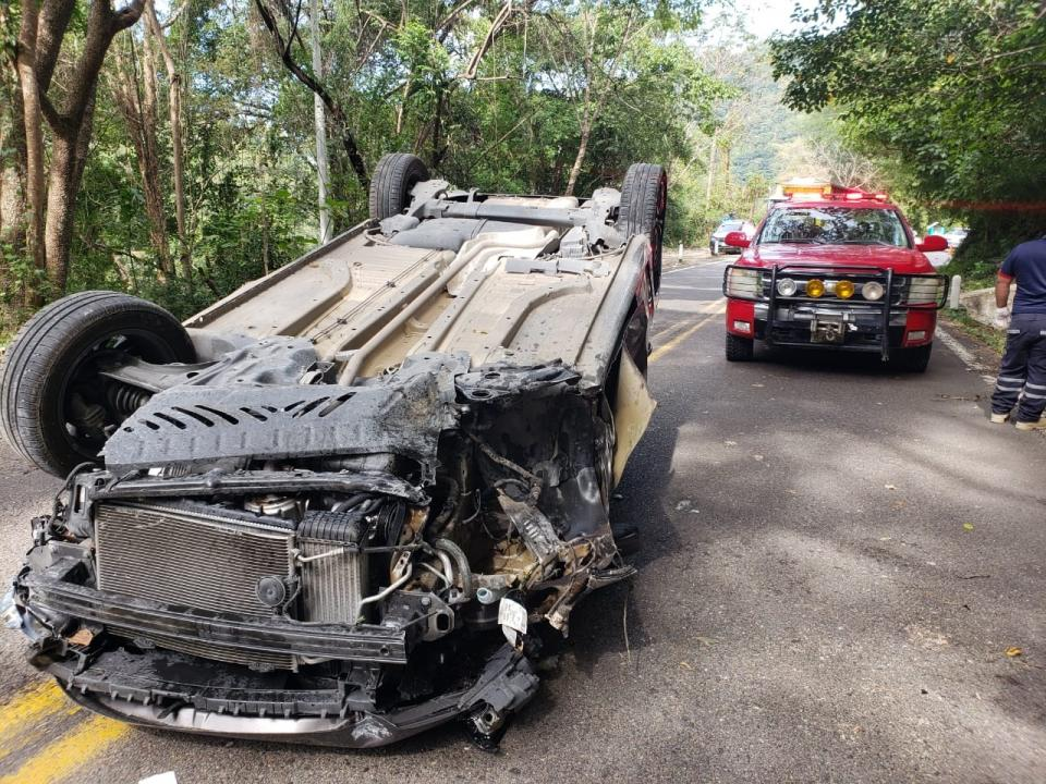 Volcadura en la 200 deja  sólo daños materiales