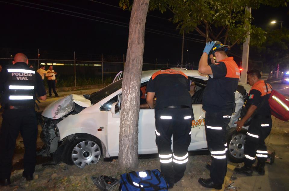 Destruye camión Medina Un taxi compacto