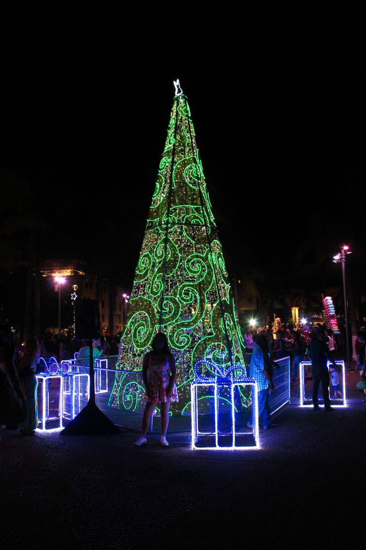 Enciende alcalde la iluminación navideña del malecón