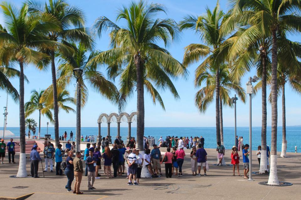 Disfrutan turistas atractivos y seguridad de Puerto Vallarta