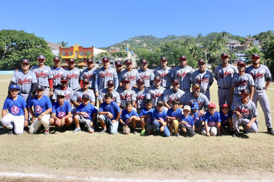 Lanza Jaime Cuevas Primera Bola de la Liga Invernal Estatal de Béisbol