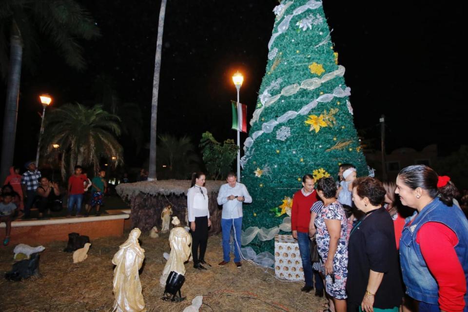 Encienden árbol de la Esperanza en Valle de Banderas