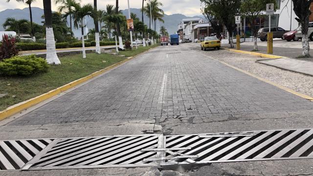 Siguen deteriorándose laterales de la Francisco Medina Ascencio