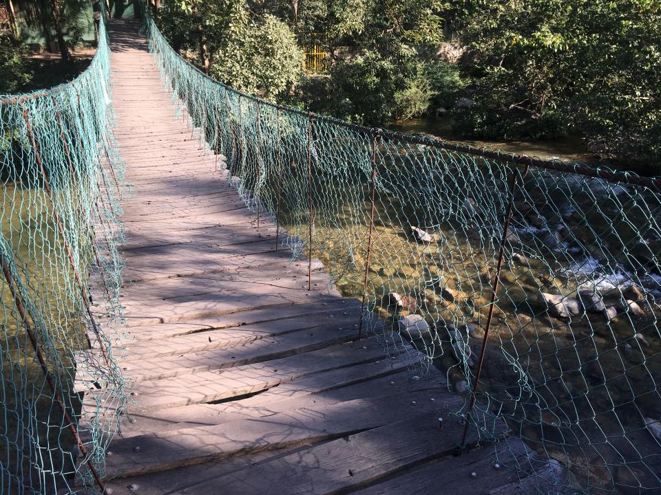 Viejo y dañado Puente colgante