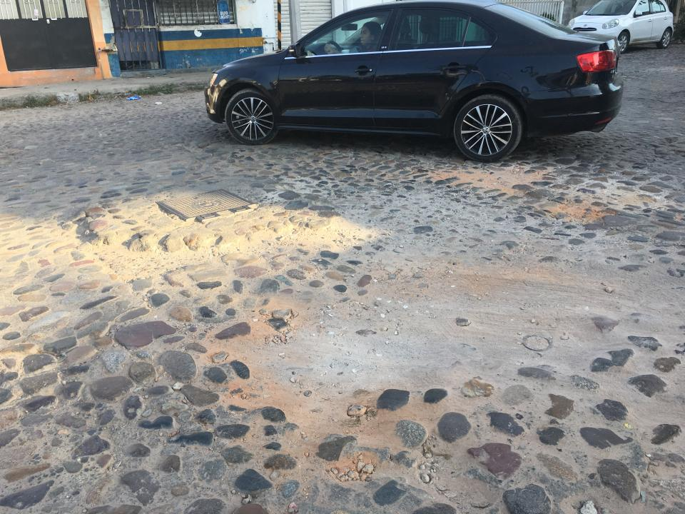 Calle Las Américas, parchada con  empedrado de tierra y cemento