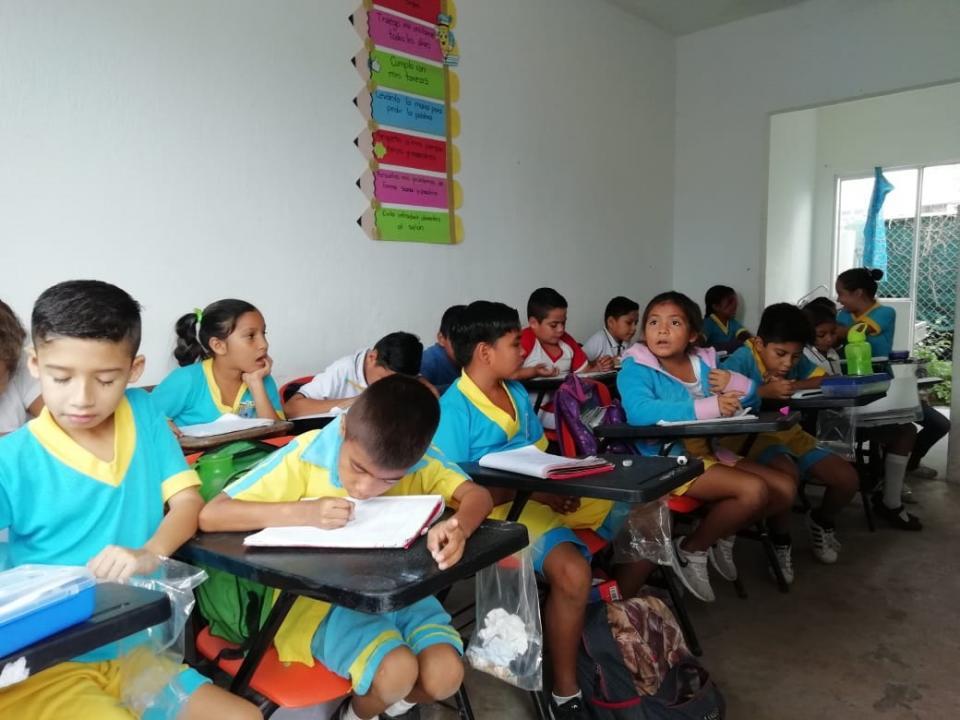 ESCUELA JOSÉ MANUEL NAVARRETE SAVEDRA...    Hacinados, toman clases  niños de primaria en Bahía
