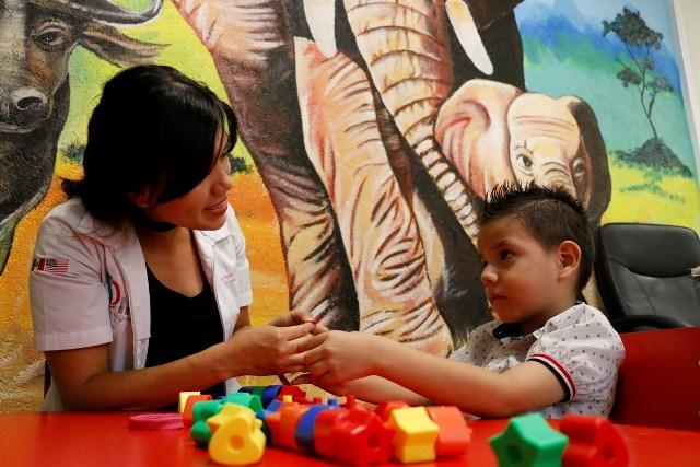Iker y Ángel ya pueden hablar gracias a terapias en la URR