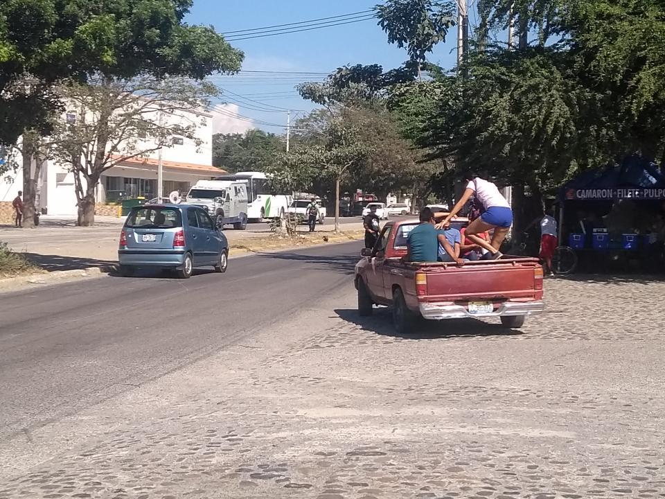 Es Peligroso cruzar la Carretera 544 en Ixtapa