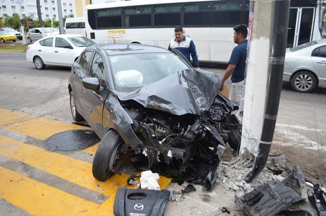 Destroza su Mazda contra un poste