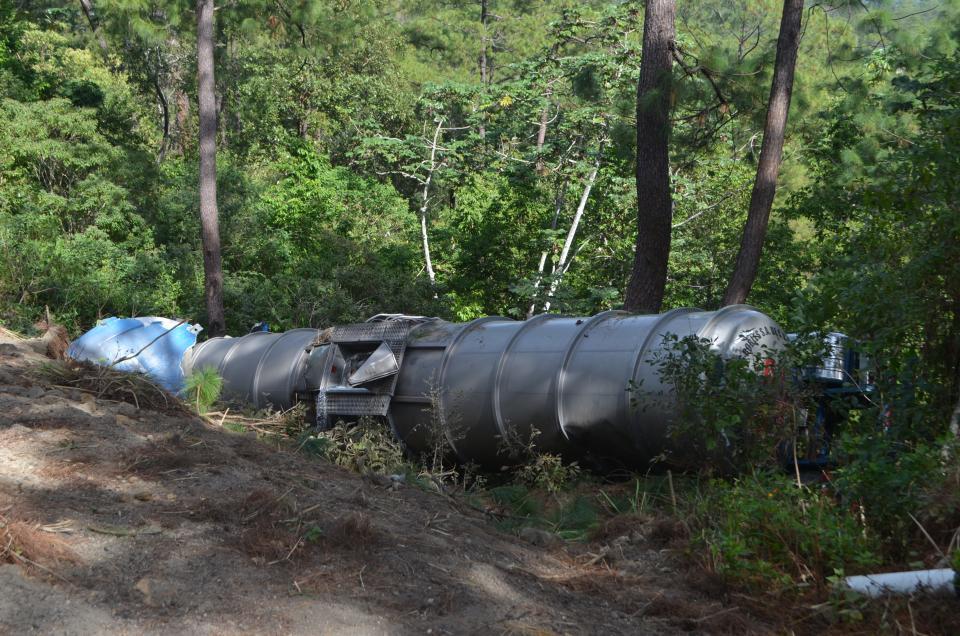 Se vuelca pipa cargada de gasolina en Cabo Corrientes