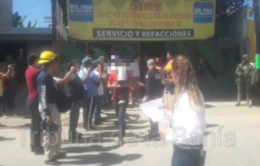 MOMENTOS DE ANGUSTIA VIVEN PADRES DE FAMILIA…Tensión en escuela con un final feliz