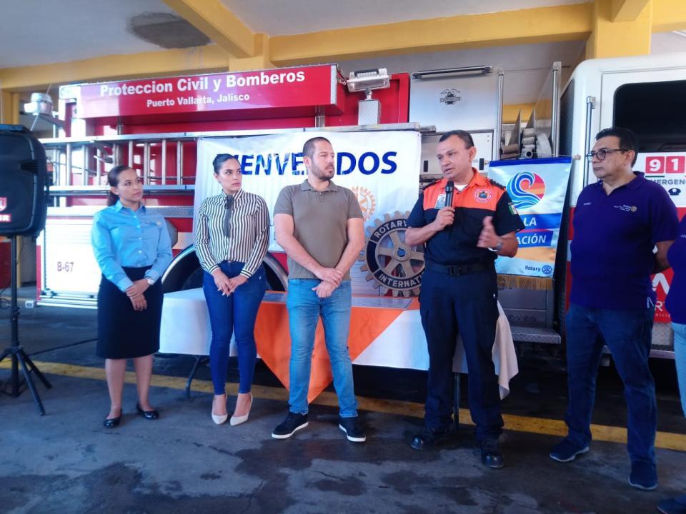 Integrantes del Club Rotario Marina    Entregan importante donativo a Protección Civil y Bomberos