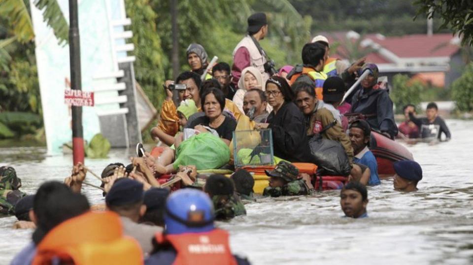 Inundaciones en Indonesia causan 59 muertos y 25 desaparecidos