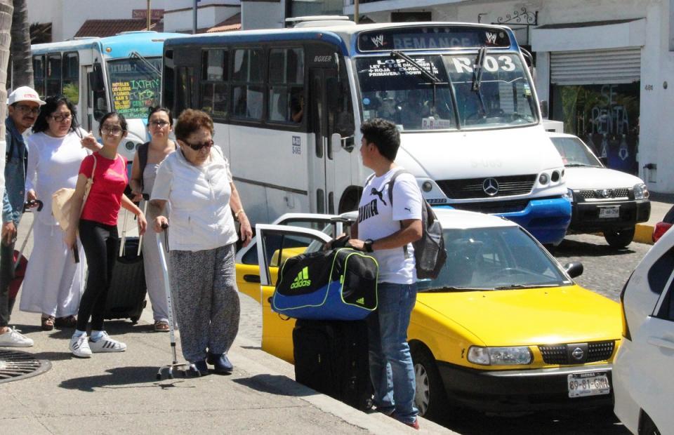ENTREGA DE 300 PLACAS…    Acusan taxistas de  influencias e injusticias