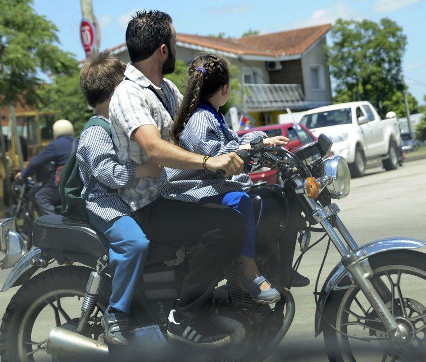 Endurecer sanciones a quienes lleven a menores en moto