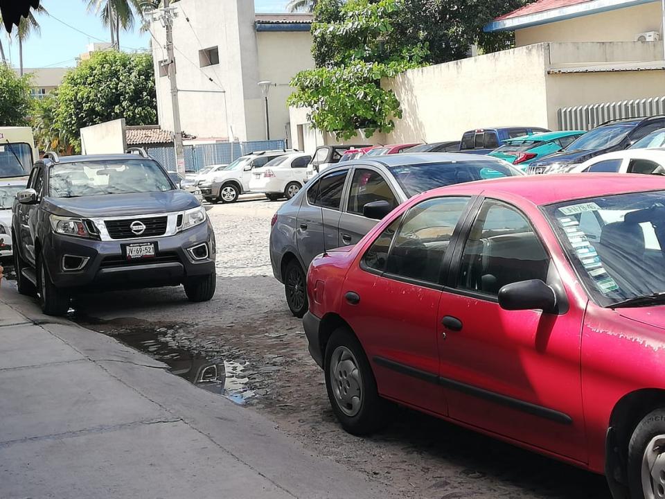 Caos en Palmar de Aramara, se estacionan en doble fila y línea amarilla