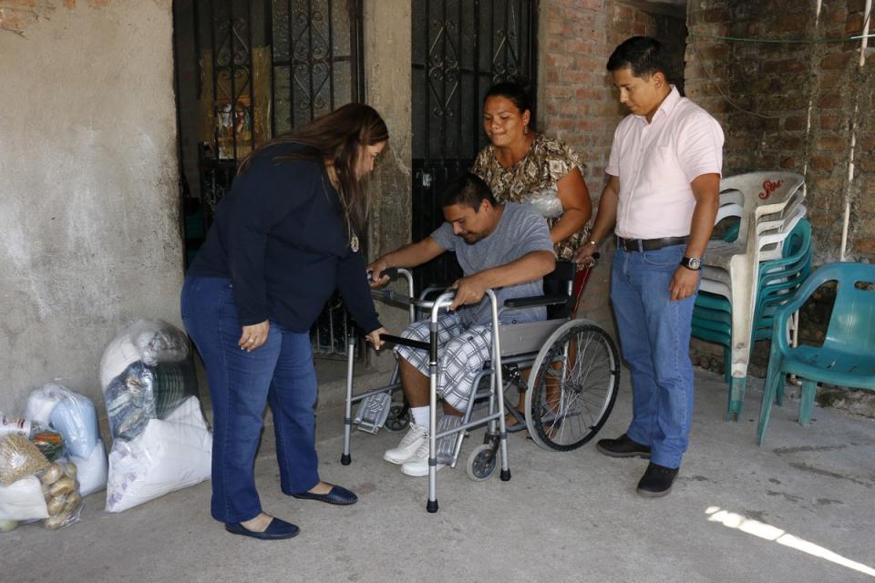 A través del Programa PAID Entrega Candelaria Tovar apoyos a personas con discapacidad