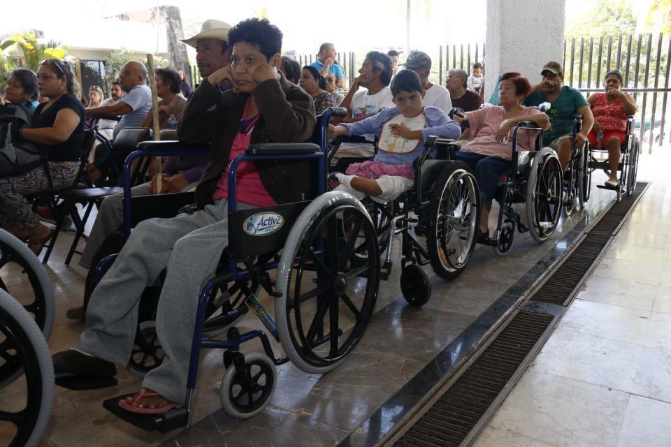 Apoyan DIF y Alas de Águilas a personas con discapacidad