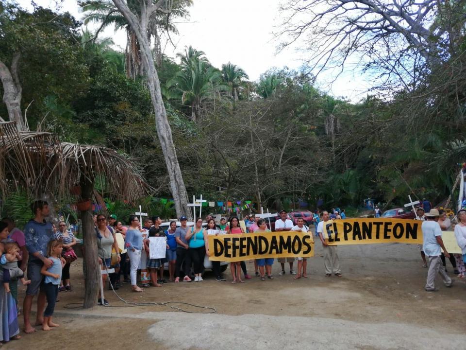 Se manifiestan en Sayulita en defensa del panteón