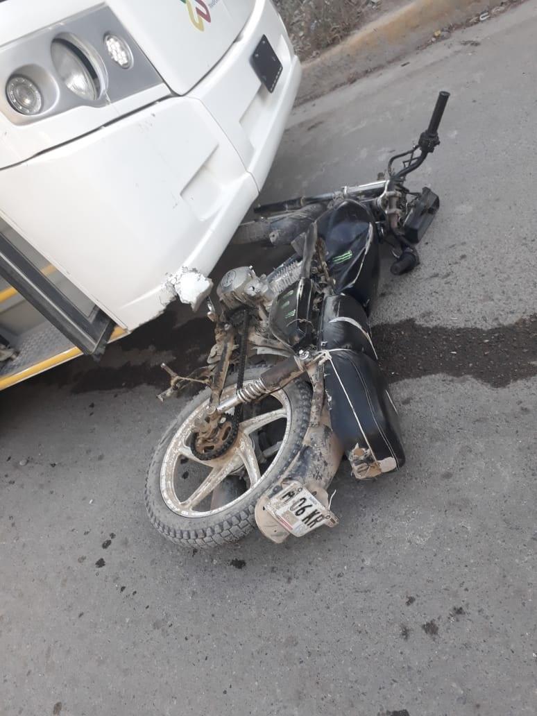 Motociclista herido al  chocar con camión