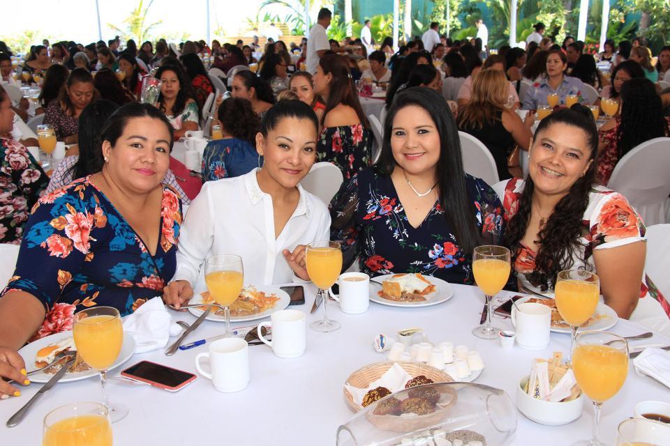 Reconoce alcalde a las mamás trabajadoras del Ayuntamiento